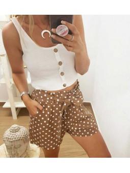 Camiseta blanca botones // Pantalon corto camel lunares