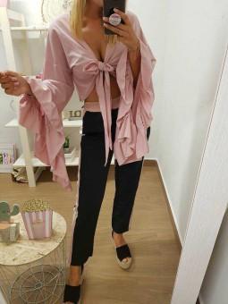 Blusa rosa anudada en pecho mangas acampanadas // Pantalon negro franja rosa y blanca
