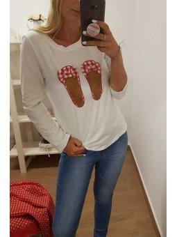 Camiseta blanca manga larga zapatitos rojos