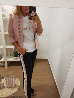 Pantalón negro franja blanca y rosa // Chaqueta militar rosa // Camiseta corazón cardio rosa