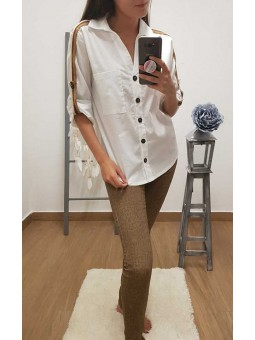 Camisa blanca franjas en lateral // Pantalon print camel