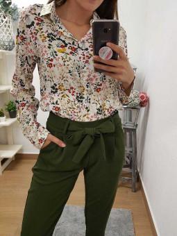 Pantalón lazada verde militar // Camisa blanca flores