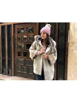 Chaquetón beige puños y capucha pelo // Suéter fino rosa // Gorro lana pompón rosa