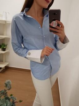 Camisa azul puños blancos joya