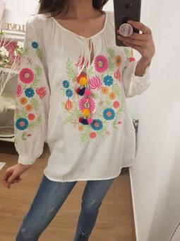Blusa blanca bordada flores...