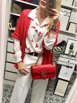 Camisa blanca mariposas rojas