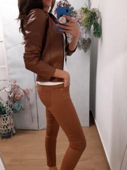 Pantalón vaquero color camel