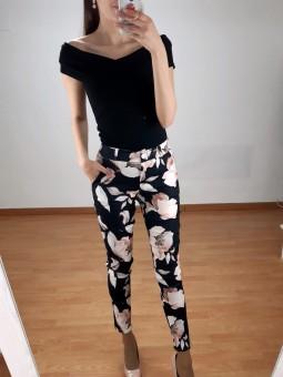 Pantalón negro flores rosa...
