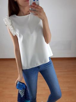 Blusa blanca volante hombro...