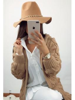 Sombrero beige detalle cadena