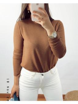 Suéter marrón cuello cisne...