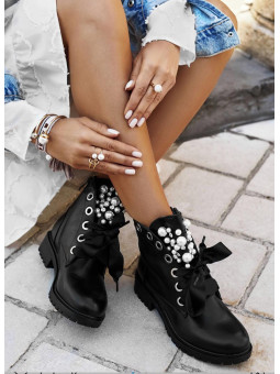 Botín negro detalle perlas...