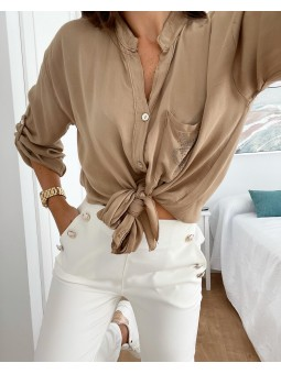 Camisa beige bolsillo...