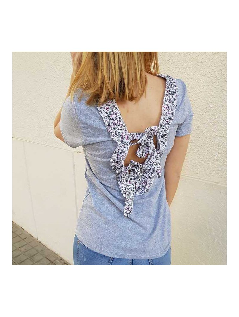 Camiseta gris volantito flores espalda